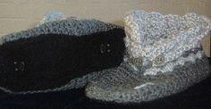 MyHomeSlippers - die mit den drei Knöpfen   gehäkelt in den Farben grau und hellgrau