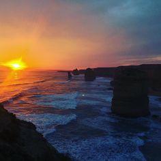 Unbeschreiblich.  #australia #12apostles #greatoceantoad #gor #pacific #potd #australien #vanlife #roadtrip #enjoylife #goodlife #sunset #sonnenuntergang #amazing #beautiful #nature #sun #ocean #twelveapostles #zwölfapostel by kallifornien http://ift.tt/1ijk11S