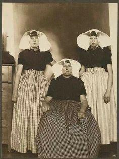 Dutch women at Ellis Island. 1906