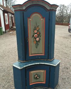 New arrivals corner cabinet #swedishantiques #antik #furniture #möbler #hälsingland #cupboard #paintedfurniture #hörnskåp #cornercabinet #skåp #lantliv #lantligt #inspiration #inredning #allmoge #antikaffär #antiqueshop #loppis #linköping #sweden