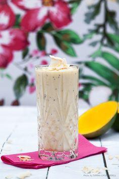 Kokossmoothie med mango och chia, lika god till frukost som till efter träningen. #smoothie #kokos #mango #mellanmål #frukost Mango, Smoothies, Pillar Candles, Yogurt, Breakfast, Desserts, Food, Corner, Glass
