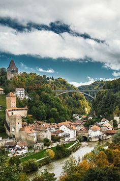 Fribourg, Suiza / Friburgo es una pequeña ciudad de la Suiza occidental, capital del cantón de Friburgo y del distrito de Sarine. Friburgo es una de las tres ciudades bilingües de Suiza, unas 21.000 personas hablan francés, mientras que unas 8.300 hablan alemán