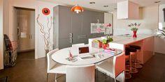 Proyecto de cocina en Guadalajara, España. Zona de trabajo y comedor en color blanco de la serie Plano de SANTOS; los muebles altos son de la serie Ariane de SANTOS en color gris Antracita