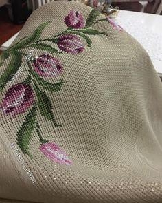 Laleli seccademin asaleti diyorum 🌷 şablon sayfamda mevcut arkadaşlar🛍BİLGİ VE SİPARİŞ İÇİN DM LÜTFEN #ceyiz #ceyizlik #crossstitchland… Counted Cross Stitch Patterns, Cross Stitch Embroidery, Embroidery Patterns, Hand Embroidery, Stitch Cartoon, Tapestry Crochet, Afghan Crochet Patterns, Bargello, Cross Stitch Flowers