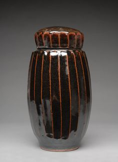 Warren McKenzie (*1924): Vase-like covered box, stoneware, tenmoku glaze.
