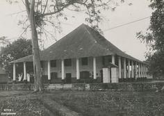 Landhuis Tjililitan in Meester Cornelis te Batavia, circa Dutch East Indies, Makassar, Leiden, Old Pictures, Jakarta, Colonial, Gazebo, Tropical, Outdoor Structures