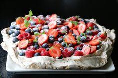 Pavlova med lakris og sitronkrem Pavlova, Cheesecake, Desserts, Recipes, Food, Cheesecake Cake, Tailgate Desserts, Deserts, Cheesecakes