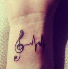 Ce tatouage de note de musique est couplé à un battement de coeur