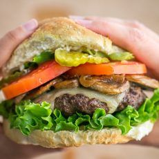 These burgers are fresh, juicy, fluffy and delicious, and feel lighter on the gut than frozen patties. So easy and they totally taste gourmet! My Burger, Burger Buns, Good Burger, Burger Night, Best Burger Recipe, Burger Recipes, Meat Recipes, Cake Recipes, Snack Recipes