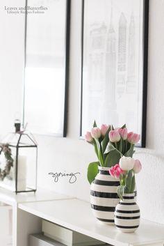 Die Tulpen in der moderne Keramik Vase mit schwarzen Streifen machen sich super auf einem Sideboard im Wohnzimmer oder auch auf dem Esstisch.