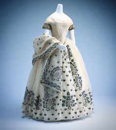 Evening Dress c. ℹ This elegant dress is made of white mull with applications of jewel beetle elytra. 1850s Fashion, Victorian Fashion, Vintage Fashion, Vintage Outfits, Vintage Gowns, Dress Vintage, Vintage Clothing, Old Dresses, Pretty Dresses