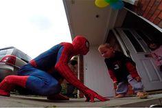 Pai se fantasia de Homem-Aranha e surpreende filho com câncer - http://metropolitanafm.uol.com.br/novidades/entretenimento/pai-se-fantasia-de-homem-aranha-e-surpreende-filho-com-cancer