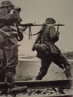 tropas da SS Waffen sobre o fogo frente oriental há MG-34 em posições #Soviet.