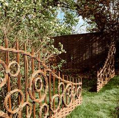 Jay Davey Bespoke Willow on Beautiful day weaving onsite. Terrace Garden, Garden Art, Willow Garden, Willow Fence, Willow Weaving, Garden Architecture, Sustainable Architecture, Residential Architecture, Contemporary Architecture