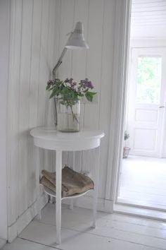 Så snyggt med det cirkelformade bordet, belysningen och en bukett vilda blommor!