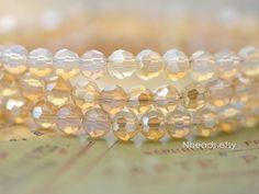 Grootte: 4mm / gat 1mm grootte ca.  Aantal: een strand, 85 kralen ca.  Kleur: sparkly opaal champagne  Materiaal: Chinese kristal / glas  ❤ fotos zijn geschoten met een macro/close-up lens, zodat de kralen groter dan lijkt dat in persoon, ook sommige kleuren van natuurlijk zonlicht tot indoor lichte ❤ variëren kunnen  ❤ Beleid van betaling, verzending, terugbetaling etc. ❤ https://www.etsy.com/shop/Nbeads/policy  ❤ Meer kleuren van 4 mm ronde kristal kralen hier: ❤…