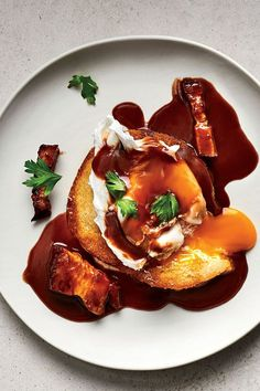 This poached egg recipe incorporates red wine, fresh tomatoes, bacon, and white bread to create the ultimate smoky and savory brunch recipe. Whether you're eating this brunch recipe on a weekday as you're running out the door or pairing it with mimosas on a Sunday brunch date, it's a great way to utilize protein and red wine in the same meal.#poachedeggs #eggrecipes #brunchrecipes #redwine Egg Recipes, Sauce Recipes, Wine Recipes, Cooking Recipes, Cooking With Red Wine, Christmas Breakfast Casserole, Christmas Brunch, Christmas Recipes, Gourmet