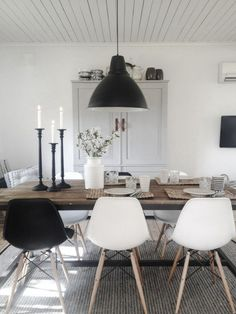 Inspiration des Tages: Weiße Stühle The link no longer connects to info about the room, but I like design.Monochromatic dining room l Black and white dining chairs l Dining Room Inspiration l 10 Stylish Dining Rooms (Mix Wood)We love the way this d Black And White Dining Room, White Dining Chairs, Eames Chairs, Black White, Dining Table, Accent Chairs, Dining Area, Black And White Furniture, Dining Corner