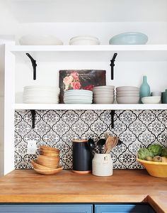 :The backsplash adds interest to this otherwise simple design