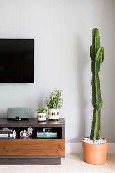 Conheça o apê moderno e colorido da designer de interiores Juliana Datena. Living Room Tv, Home And Living, House Plants Decor, Workspace Design, Home Fashion, Style At Home, Decoration, Sweet Home, Bedroom Decor