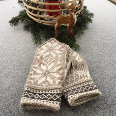 """Familiestrikk on Instagram: """"Mine første selbuvotter, men måtte lage en egen vri med latvisk flette og kontrastfarge😉 - - #selbuvotter #sandnesgarn #sandnesgarnsmart…"""" Knit Mittens, Yarn Crafts, Knitting Patterns, Knit Crochet, Winter Hats, Gloves, Socks, Crafty, Handmade"""