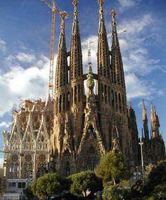 La Sagrada Familia. El edificio fue diseñado por Antoni Gaudí, y es considerada como su obra maestra. El arquitecto trabajó en la iglesia durante cuarenta años y dedicó los últimos 15 de su vida en este proyecto. La construcción inició en el año de 1883 y hasta la fecha no se ha podido terminar. Se encuentra en Barcelona, España, y de los planos originales sólo quedaron algunos bocetos y maquetas muy deterioradas a consecuencia de la Guerra Civil.