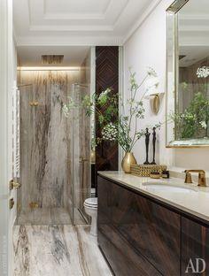 """Ванная комната. Фальшпанель, скрывающая коммуникации, тумба и шкаф выполнены на заказ по эскизам дизайнеров """"ОлимпСтройСервиса"""". Сантехника, Noken, из салона Zodiac."""