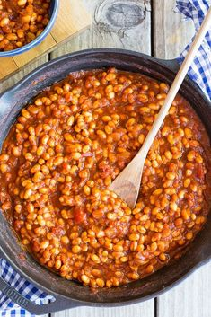 Stove-Top BBQ Baked Beans {Vegetarian} - She Likes Food These delicious BBQ Baked Beans are made entirely on the stove top so no need to turn on the oven! Vegetarian Baked Beans, Bbq Baked Beans, Homemade Baked Beans, Bbq Beans, Baked Bean Recipes, Vegetarian Recipes, Cooking Recipes, Healthy Recipes, Stove Top Baked Beans Recipe