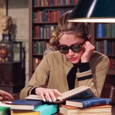 The 1961 film Breakfast at Tiffany's, starred Audrey Hepburn, as Holly Golightly. For a touch of glamour, we look back on some of the most classic looks Estilo Rory Gilmore, Gilmore Girls, School Motivation, Study Motivation, Breakfast At Tiffany's, Breakfast In Tiffany, Estilo Ivy, Image Meme, Un Book