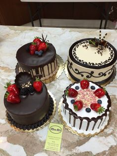 Kyu bol rahi ha chod na Safina Mini Cakes, Cupcake Cakes, Cupcakes, Cake Recipes, Dessert Recipes, Gourmet Cakes, New Cake, Dessert Decoration, Strawberry Cakes