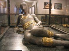 Bronze Age : Blanot teasure, museum of Dijon- 2: CULTURE DES CHAMPS D'URNES: En Bourgogne on fit la découverte de l'un de ces sépultures: le trésor de BLANOT. Il se compose entre autres d'un chaudron contenant les vêtements d'une femme et ses parures en or ou en bronze. Seuls les colliers, au nombre de 3, sont en or. Les jambières, la ceinture et le bracelet sont en bronze.