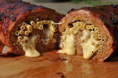 Die Mac 'n Cheese Bacon Bomb ist gefüllt mit Makkaroni und würzigem Käse. Eine unglaublich leckere Variante des gefüllten Hackbratens im Speckmantel.