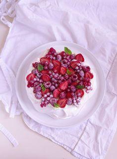 Pavlova aux fruits rouges : fraises, framboises et groseilles