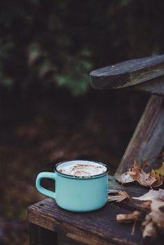 gemütlich mit einer Tasse Kaffee im herbstlichen Garten sitzen