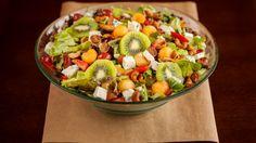 Deliciosa salada com frutas, folhas, castanha de caju e queijo gorgonzola. - Veja mais em: http://www.maisequilibrio.com.br/receitas-light/salada-tropical-1-1-7-2372.html?pinterest-mat