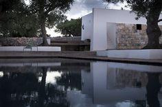 25/07/2016 - Si chiama Casa JMG ed è l'ultima opera dell'architetto Luca Zanaroli nelle campagne di Polignano a Mare (Ba).È