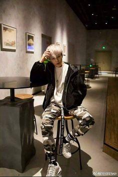 Young Fashion, Asian Fashion, Boy Fashion, Fashion Outfits, Fashion Shirts, Korean Boys Ulzzang, Ulzzang Boy, Korean Girl, Outfits Hombre