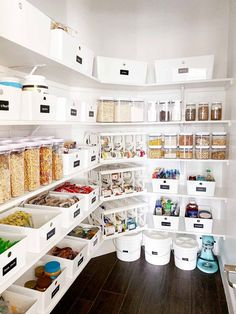 Easy pantry organization storage ideas, tips and tricks to get your space organized in the new year! #diykitchenorganization #kitchendecor