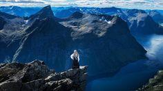 Andrea Weka på Slogen i bunad - HEFTIG: Andrea Weka i bunad på toppen av fjellet Slogen på Sunnmøre. - Foto: Fotograf MA /