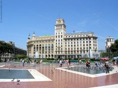 When traveling to Barcelona it's no doubt you will venture Placa de Catalunya and La Rambla. Barcelona Tours, Barcelona 2016, Barcelona Travel, Great Places, Places Ive Been, Travel Around The World, Around The Worlds, Madrid, Barcelona Architecture