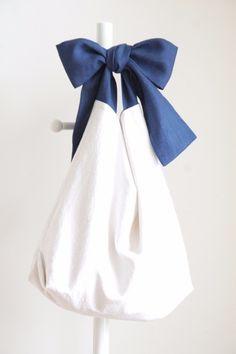 綿麻リボンのバッグ(ブルーネイビー) Bag Patterns To Sew, Sewing Patterns, Diy Bags Jeans, Homemade Bags, Triangle Bag, Diy Tote Bag, Linen Bag, Fabric Bags, Diy Embroidery