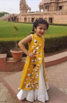 Kids Party Wear Dresses, Dresses Kids Girl, Kids Outfits, Kids Frocks, Frocks For Girls, Indian Dresses For Kids, Kids Ethnic Wear, Kids Dress Patterns, Kids Gown