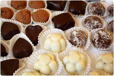 Srpnová výzva odvážných pekařů musela potěšit snad všechny její účastníky. Měli skvělou příležitost vymyslet cukrovinky všeho druhu, ať už čokoládové, karamelové nebo ovocné. Povinně jsme museli vytvořit dva druhy bonbonů a alespoň jeden znich měl obsahovat čokoládu. Protože jsme celkem nedávno koupili formičky na pralinky, bylo jasné, že je musím vyzkoušet. Doporučené bylo i vyzkoušení …