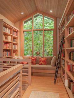 pièce toute en bois avec fenêtre et grand meuble étagère
