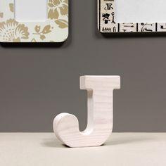 Drewniana litera J. Pomalowana białą farbą do decuopage na styl prowansalski