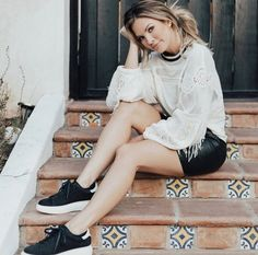 Casually hanging out on the steps. Female Modeling Poses, Female Poses, Model Poses Photography, Girl Photo Shoots, Girl Photos, Poses Pour Photoshoot, Graduation Photoshoot, Instagram Pose, Stylish Girl Pic