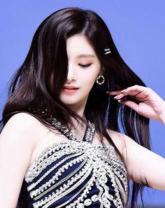 Hair Without Bangs, Aesthetic Eyes, Aesthetic Dark, Kpop Hair, Up To The Sky, Jennie Blackpink, Pop Group, Dark Hair, Kpop Girls