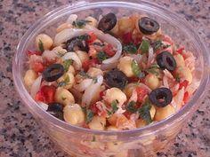Ingredientes:   - 600 gr de garbanzos cocidos  - 1 cebolla  - 1 lata grande de atún  - aceitunas negras  - 1 tomate maduro  - pimiento roj...