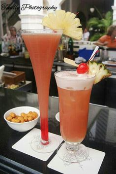 The world famous Singapore sling (a cocktail drink ) originates at Raffles Hotel in 1905 .