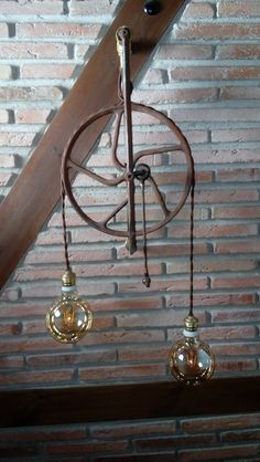 Lampara industrial colgante, hecha con la rueda de una antigua máquina de coser